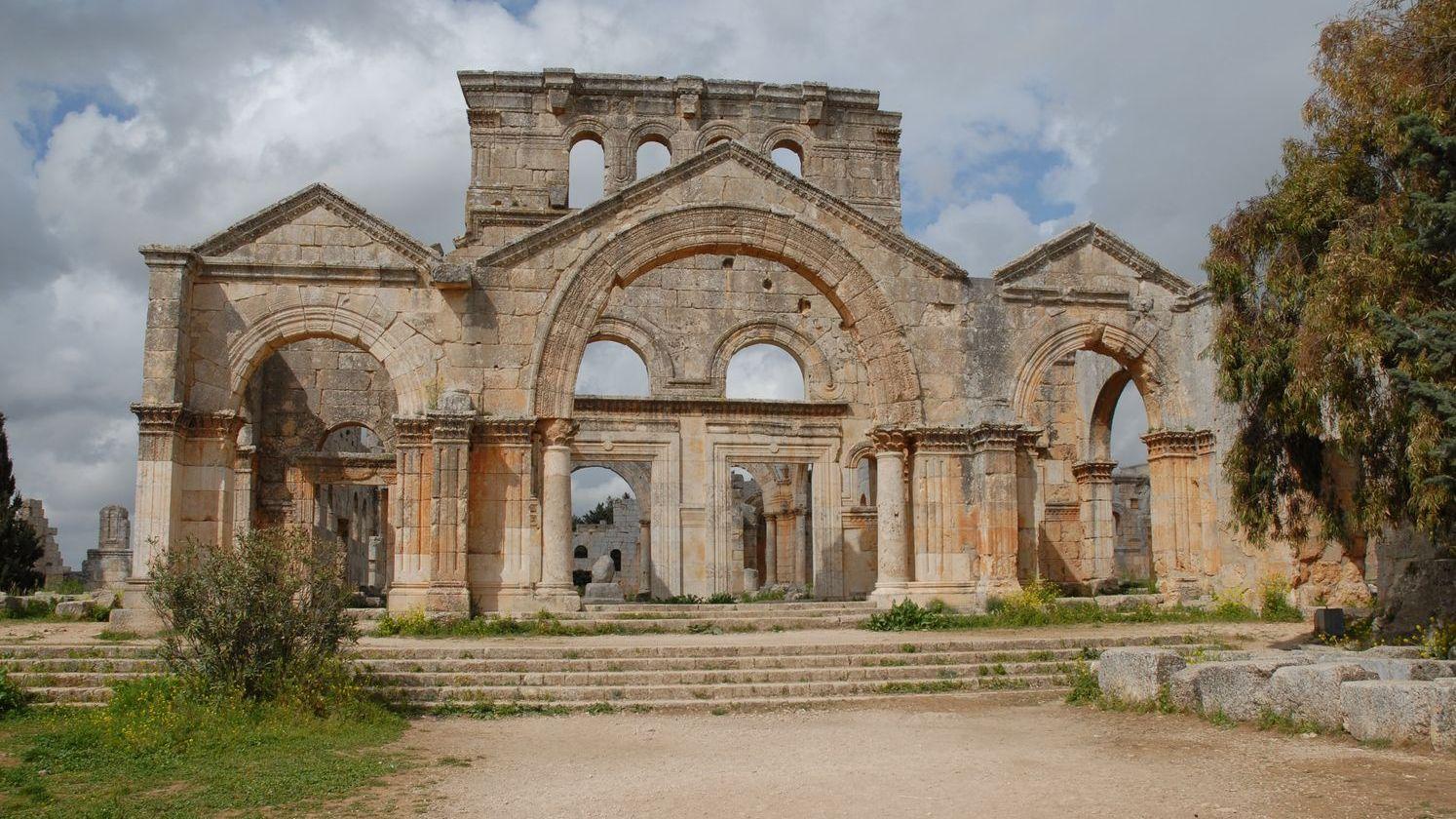 L'entrée sud du Martyrion cruciforme de Saint-Syméon, Syrie du Nord, fin du Ve siècle. Source : Ministère de la Culture